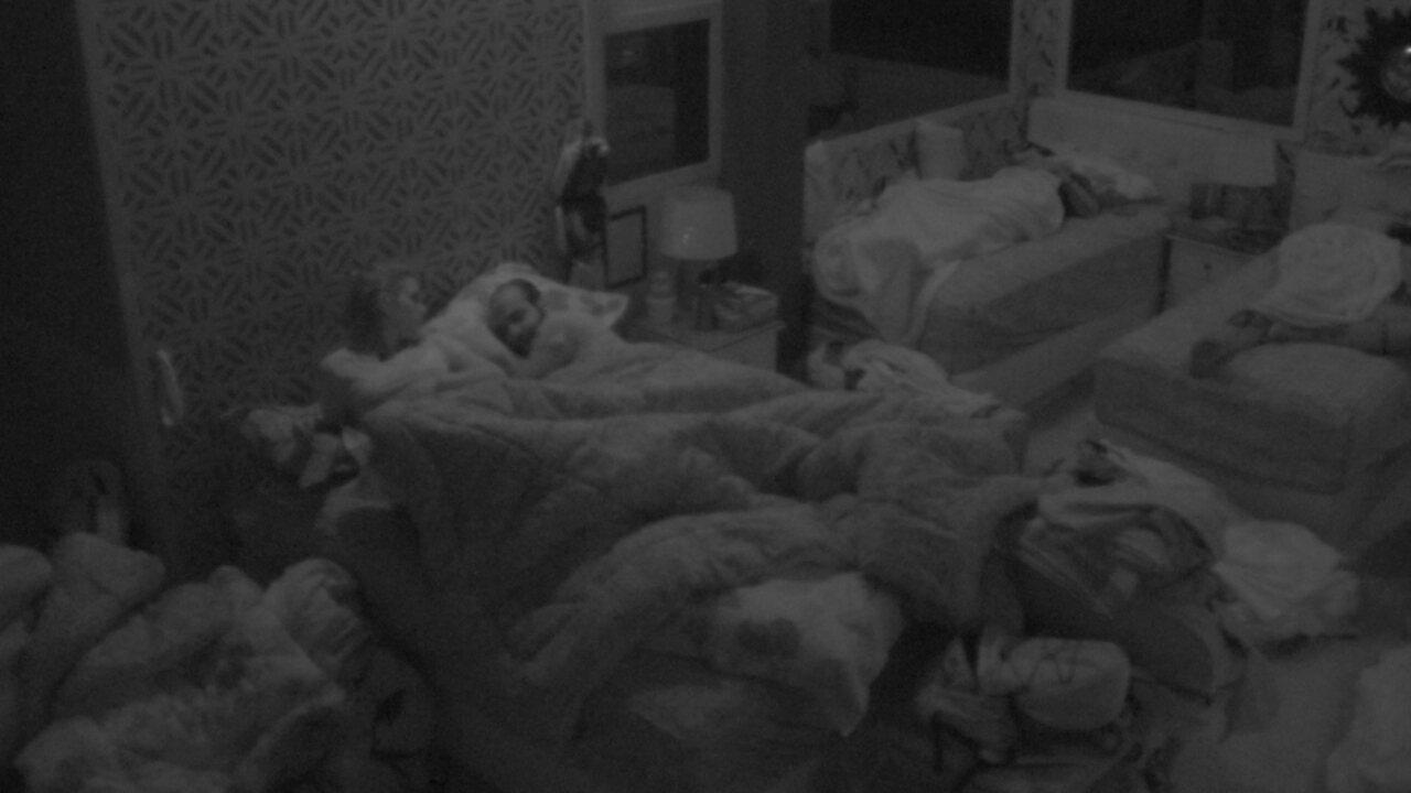 Ana Clara divide cama com Mahmoud e diz: 'Espero que não seja nossa última noite'