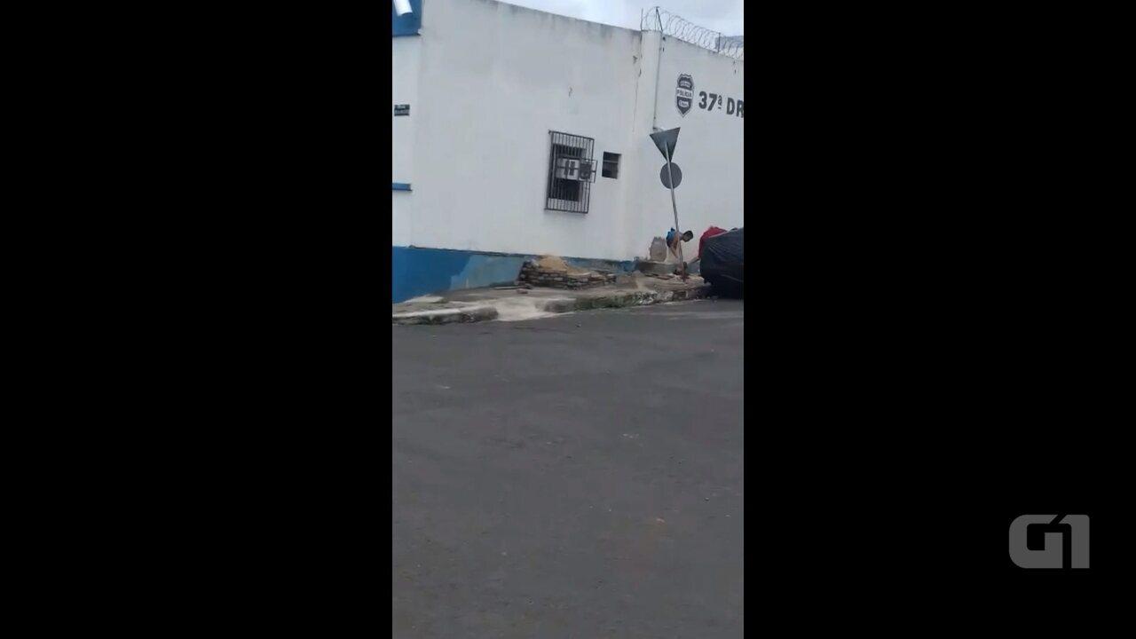 Mais de 20 presos fogem da cadeia de Ibaiti por buraco feito do lado de fora; VÍDEO