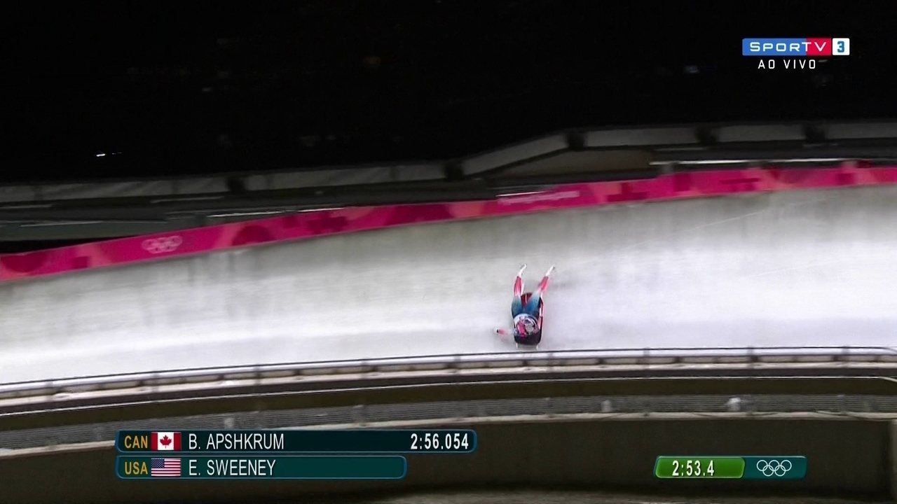 Americana Sweeney sofre acidente forte no luge, é socorrida, mas deixa pista andando