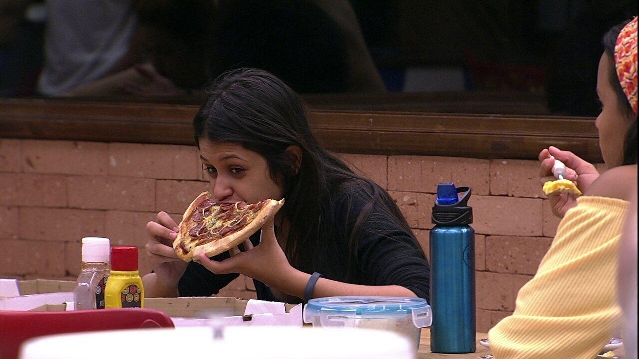 Ana Clara e Ana Paula almoçam pizzas que ganharam após Jogo da Discórdia