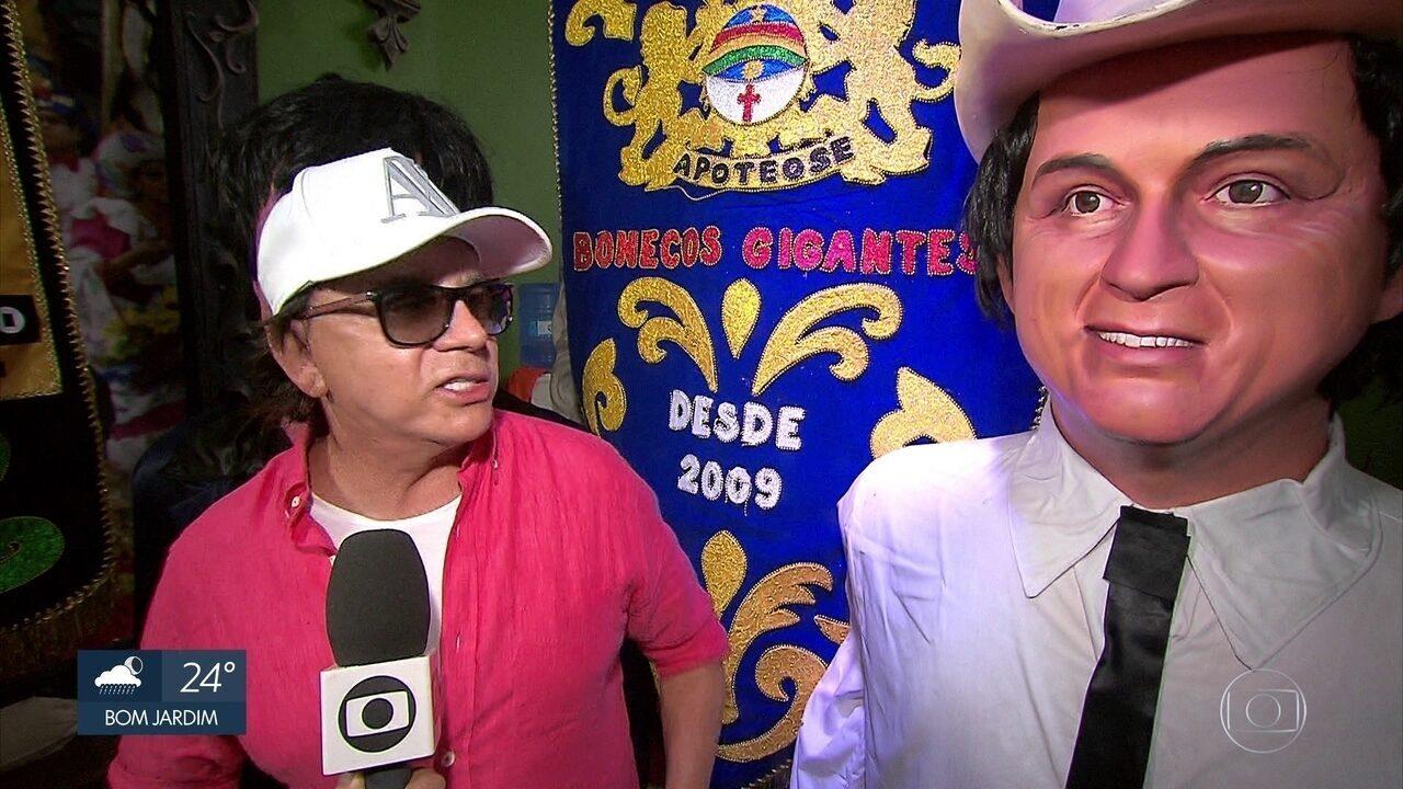 Chitãozinho conhece boneco gigante feito em sua homenagem no carnaval do Recife