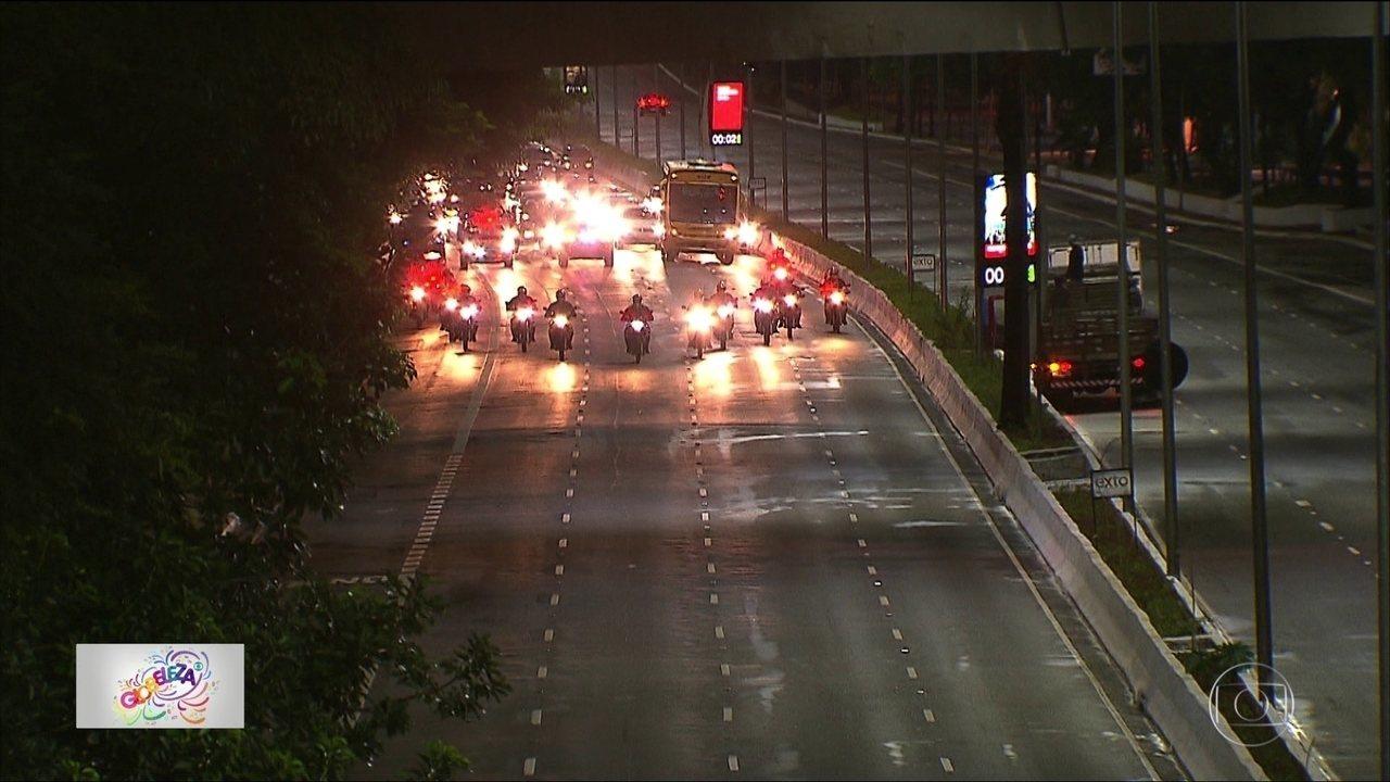 Avenida 23 de maio reabre para carros com operários na pista