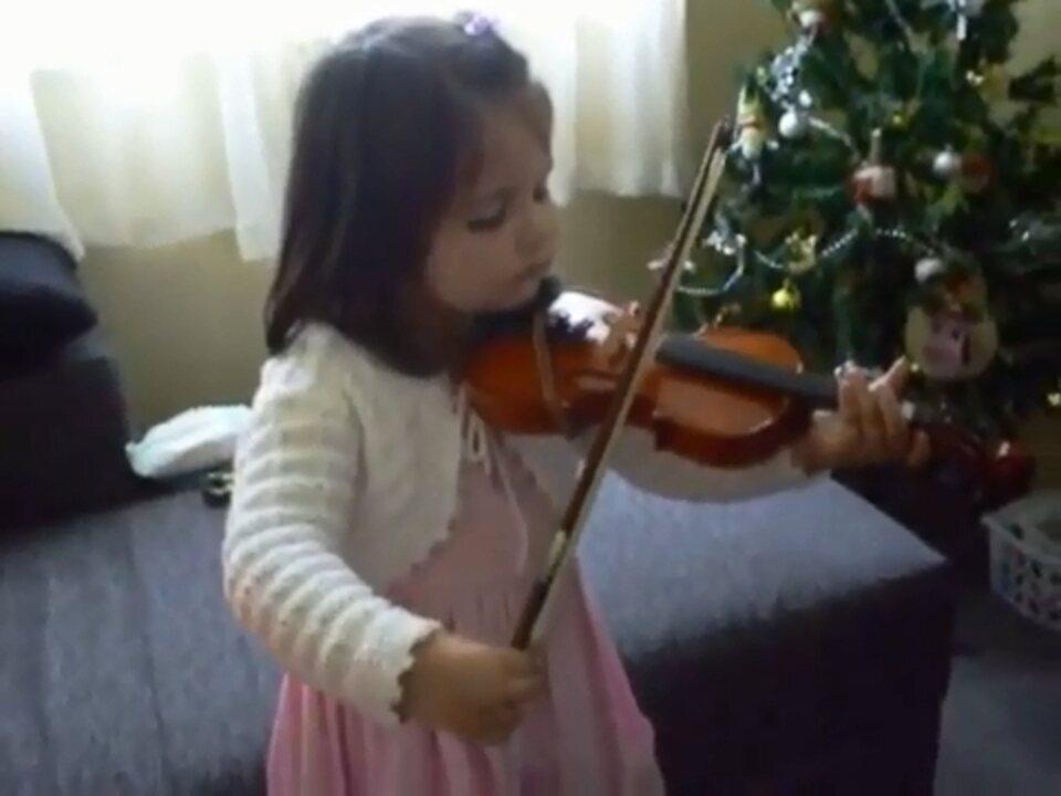 Fofa! Veja a Isabela tocando violino com 3 anos
