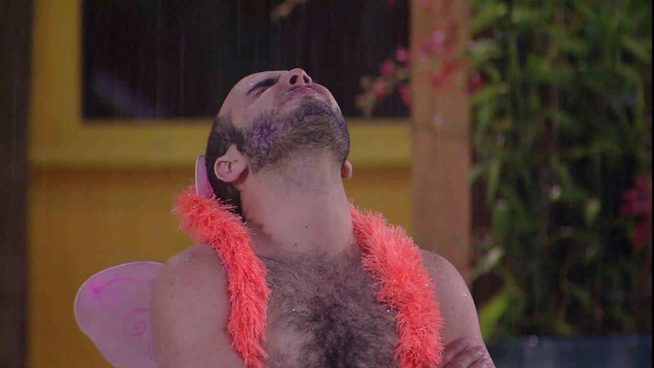 Mahmoud toma banho de chuva sozinho