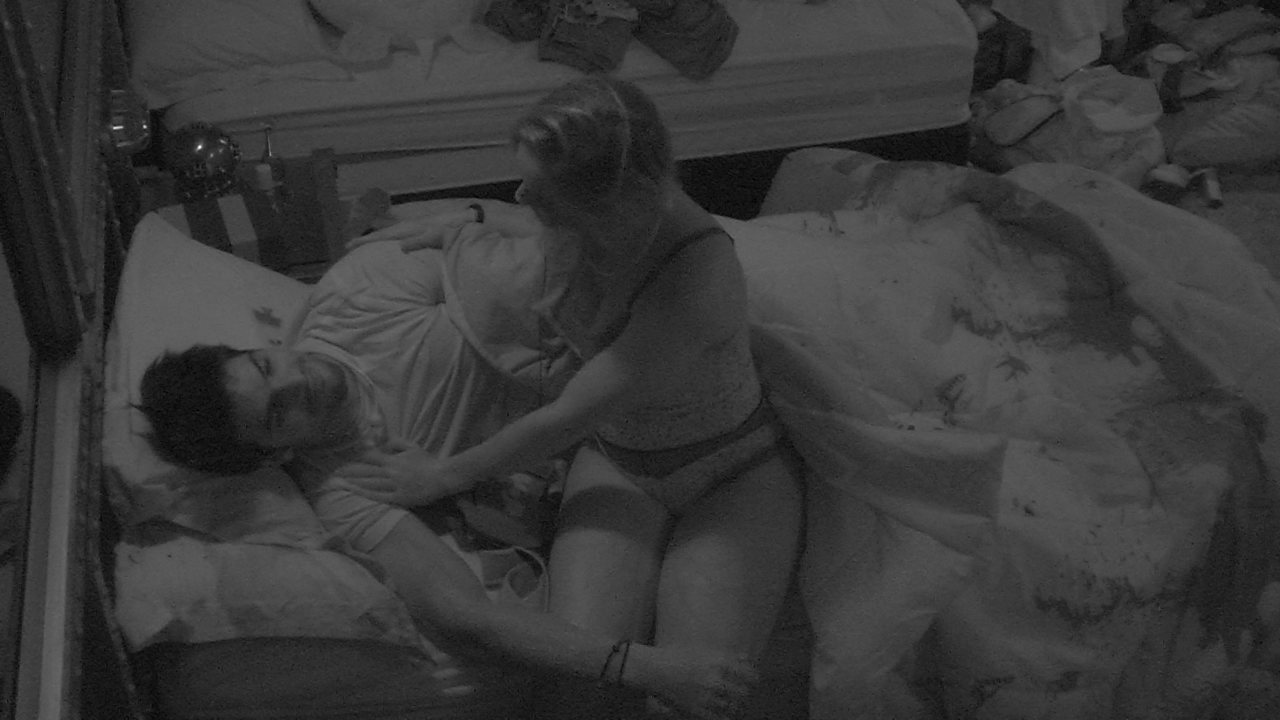 Jéssica e Lucas trocam carinho no Quarto Submarino