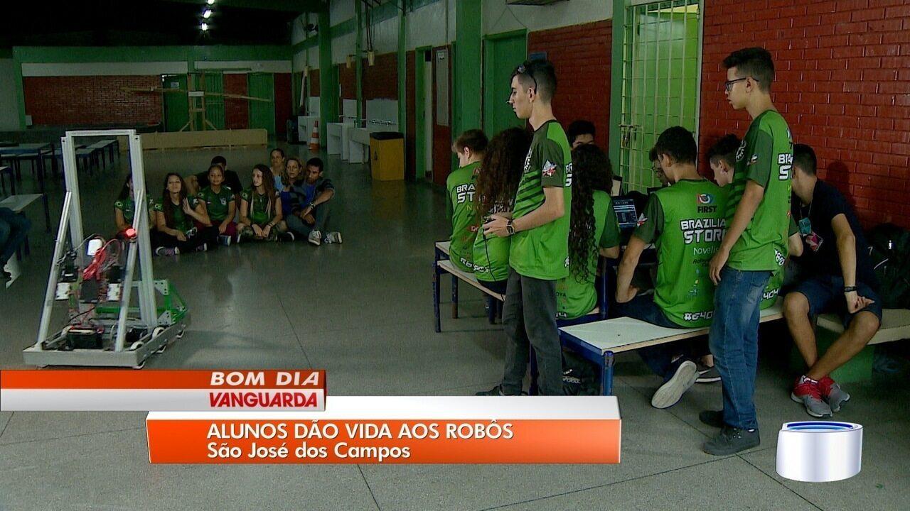 Alunos de escola pública de São José constroem robô para competição nos EUA