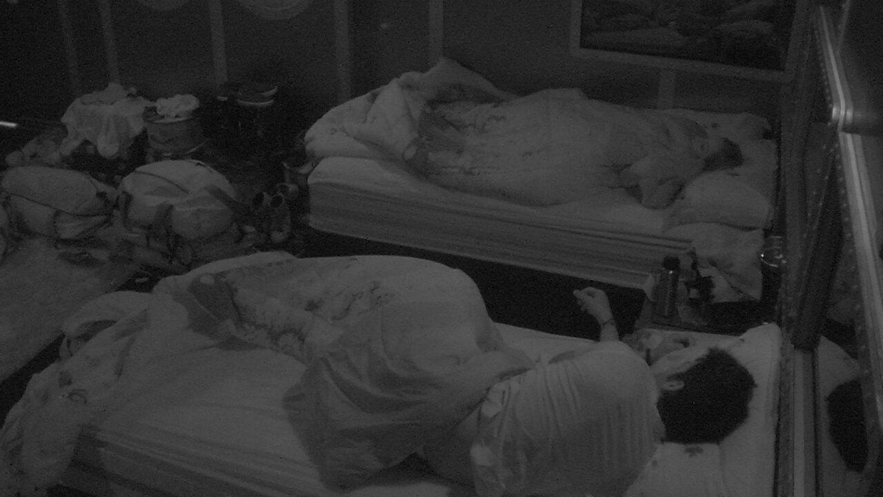Lucas e Jéssica dormem em camas uma do lado da outra