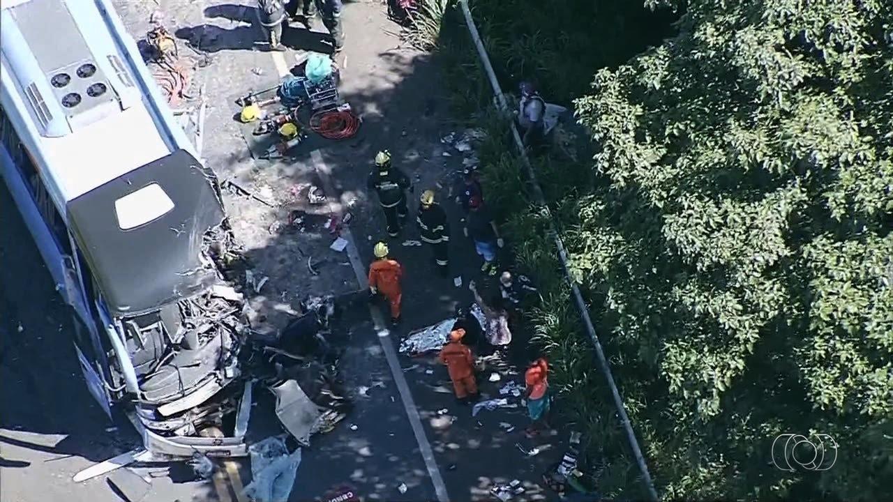 Acidente entre ônibus e carretas deixa mortos e feridos em Goiás