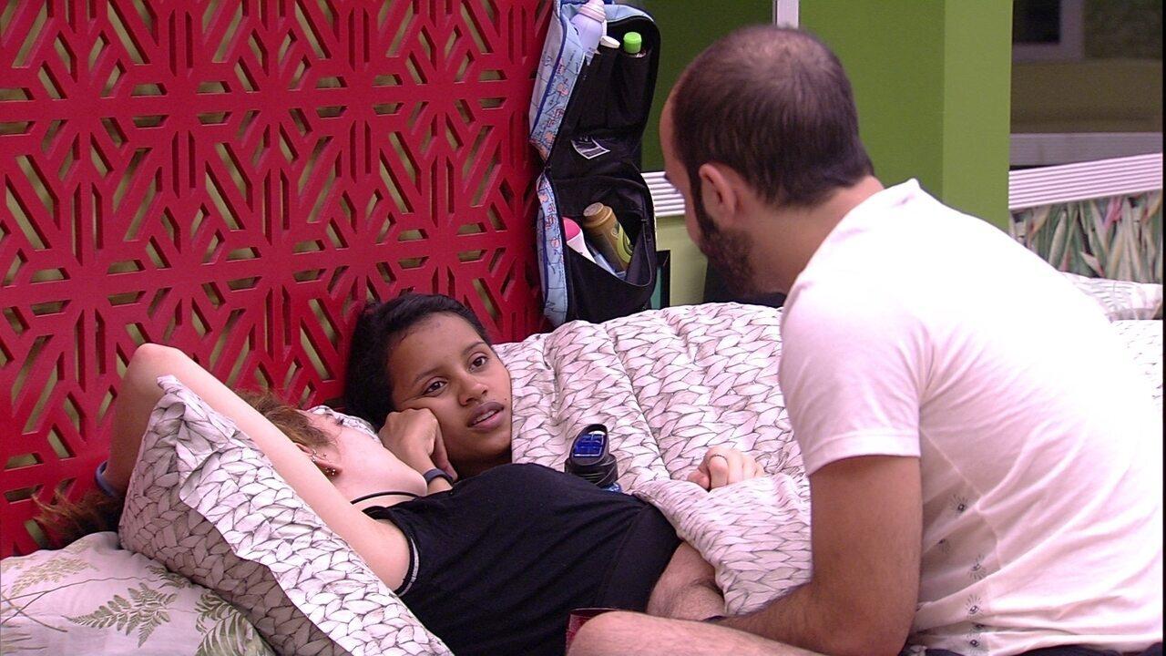 Gleici diz a Mahmoud e Ana Clara que Diego desconfia dela