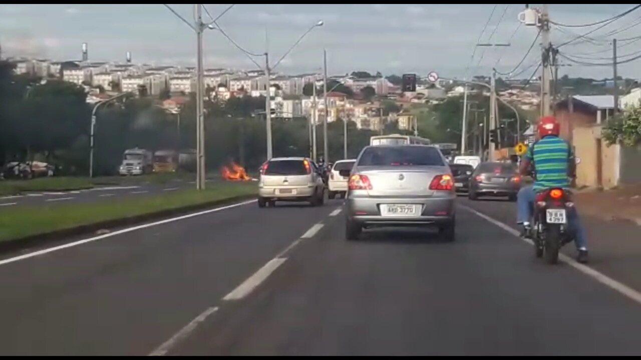Manifestantes interditam as duas pistas da BR-369, em Londrina