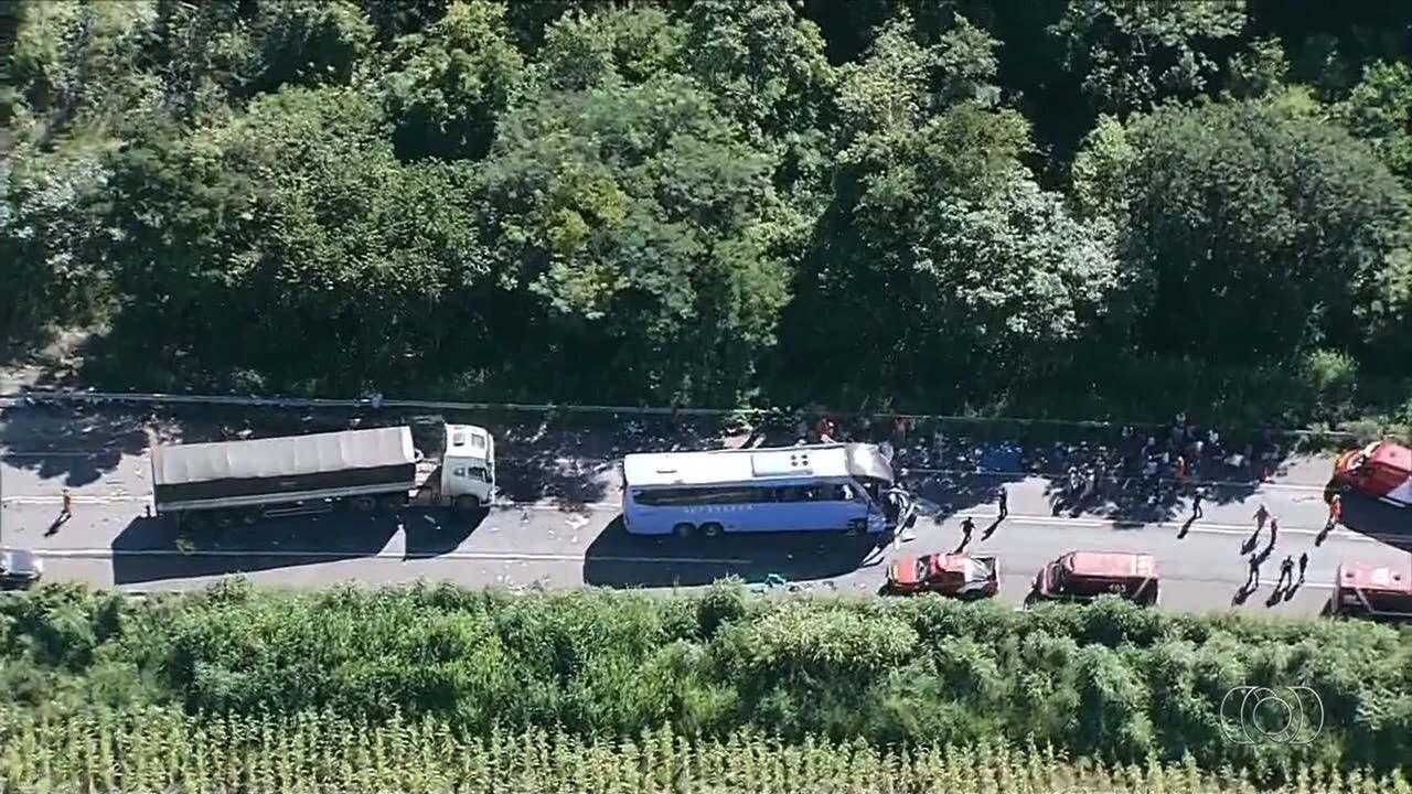 Motorista e bebê estão entre mortos em batida de ônibus e carreta em Formosa