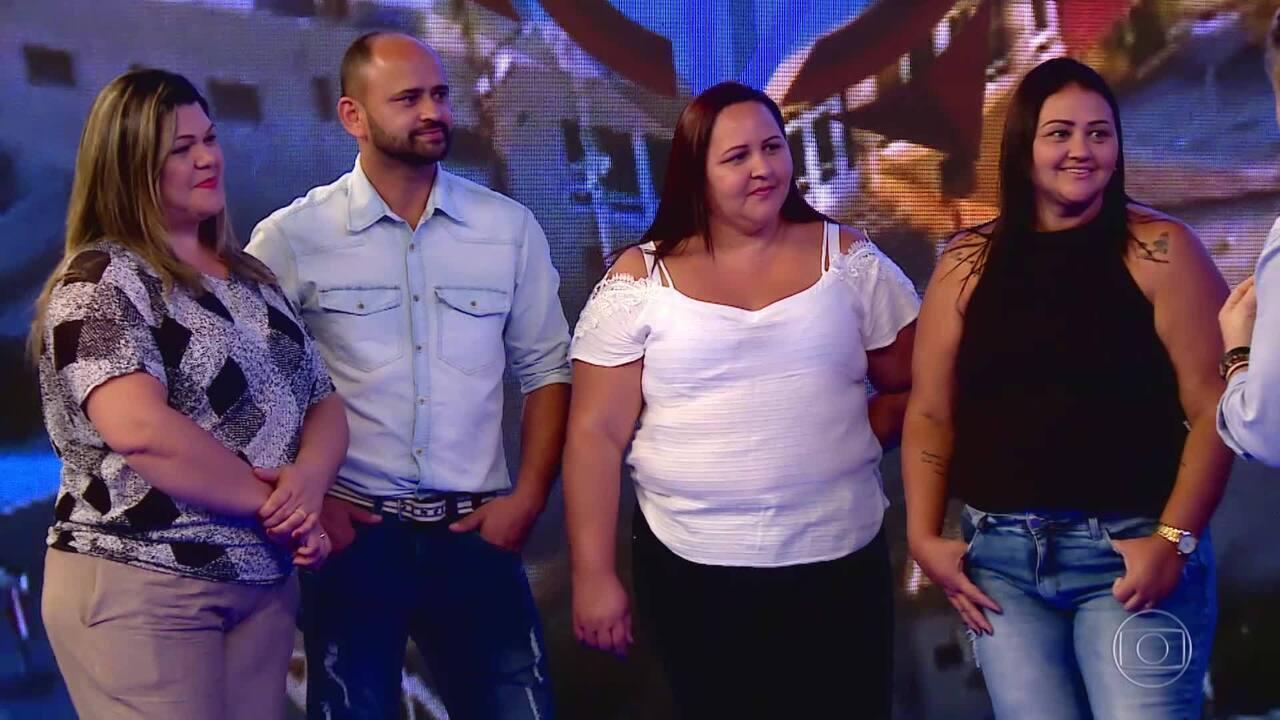 Luciano Huck recebe os filhos de Seu Khalil no palco do 'Caldeirão ao Cubo'