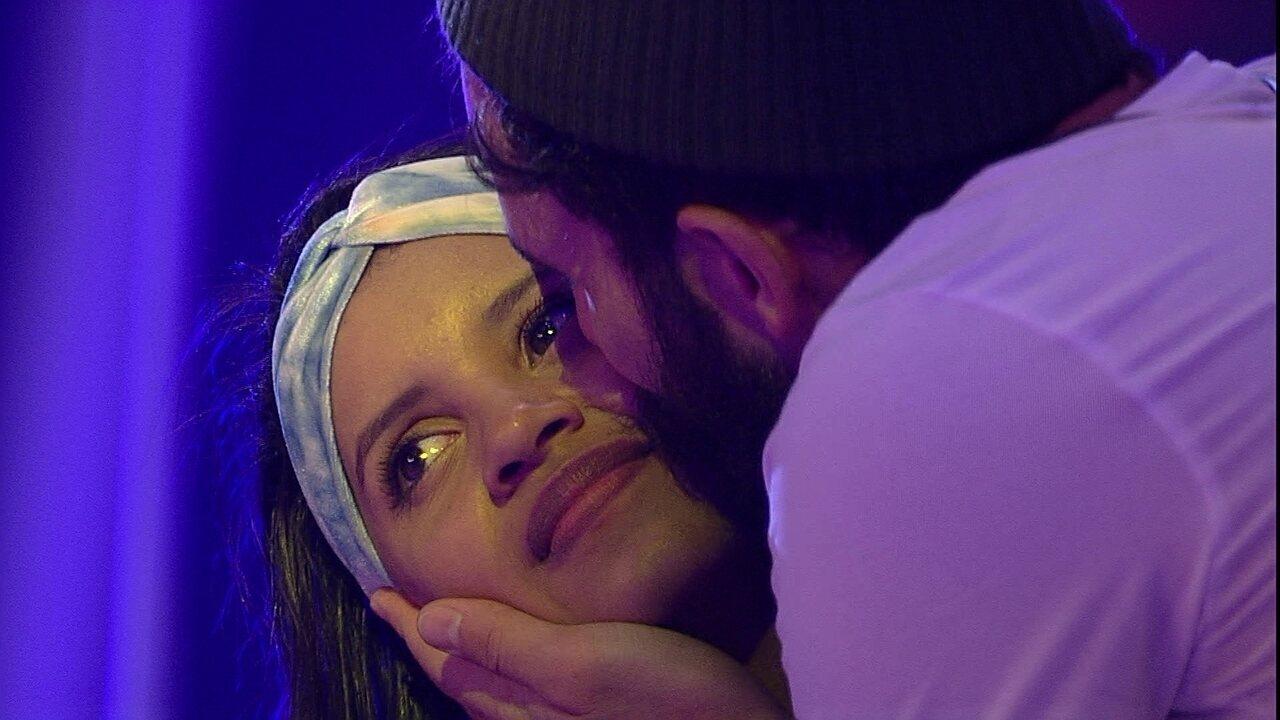 Wagner dá beijo demorado em rosto de Gleici na Festa Lollipop