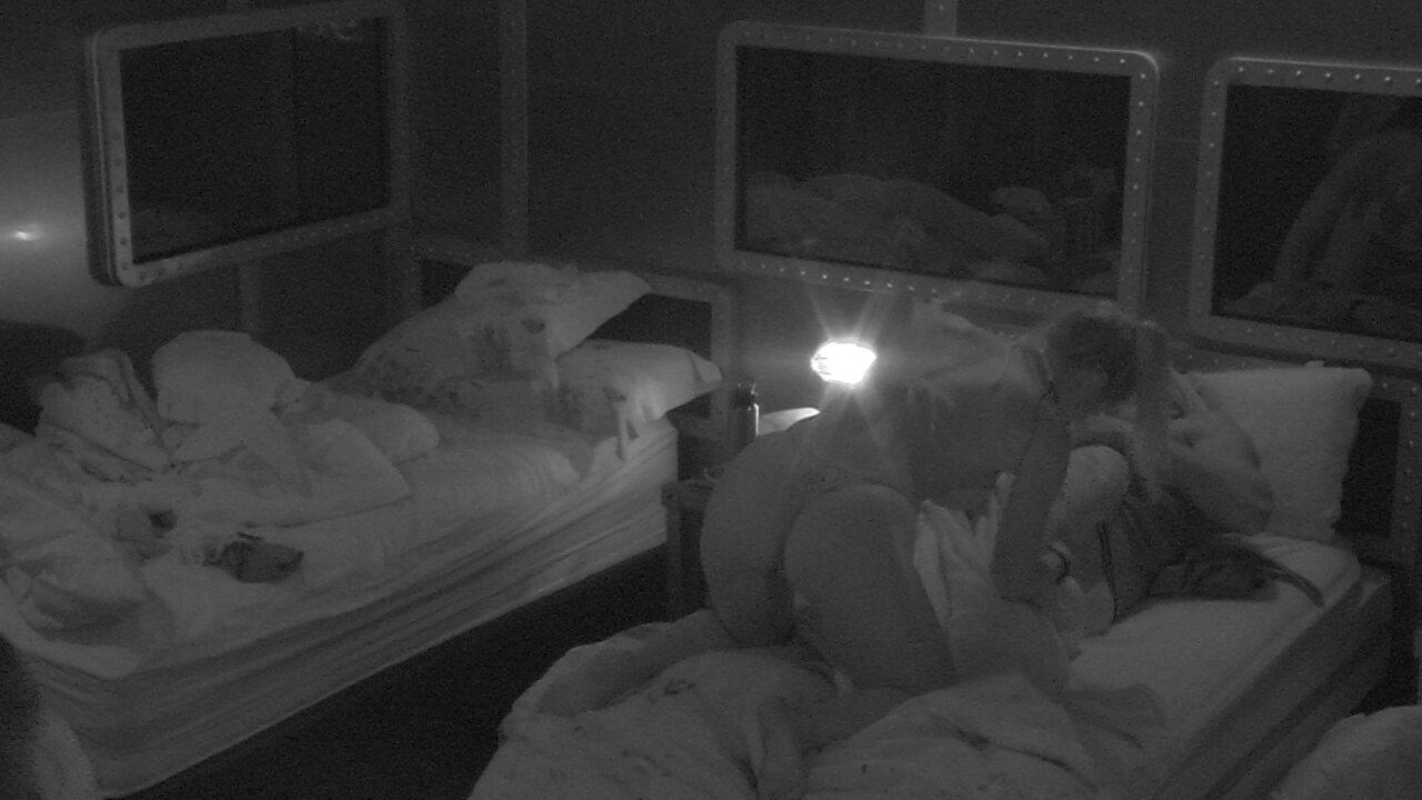 Jéssica pula em cima de Lucas e brinca: 'Hoje a festa é na cama do Lucas'