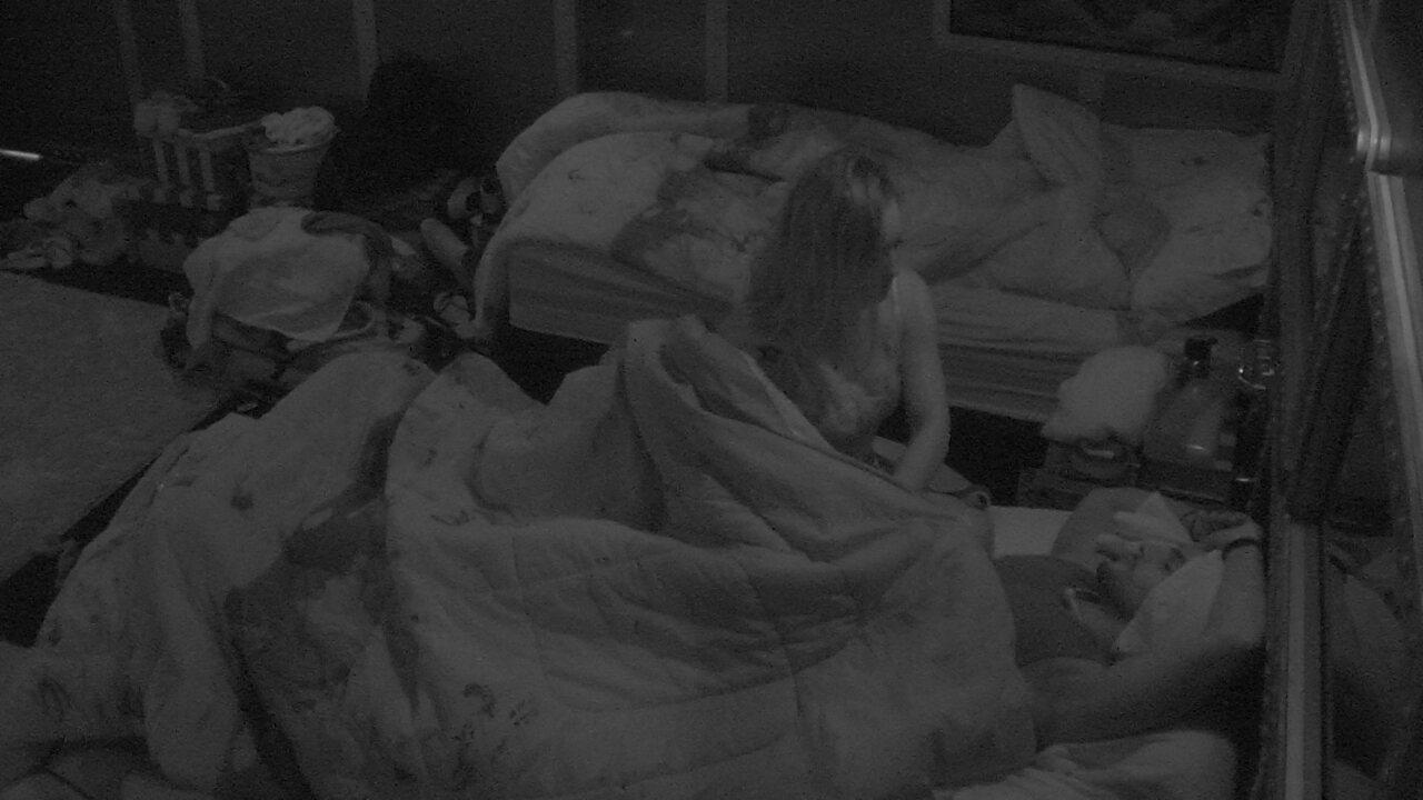 Jéssica cobre Lucas e deseja boa noite