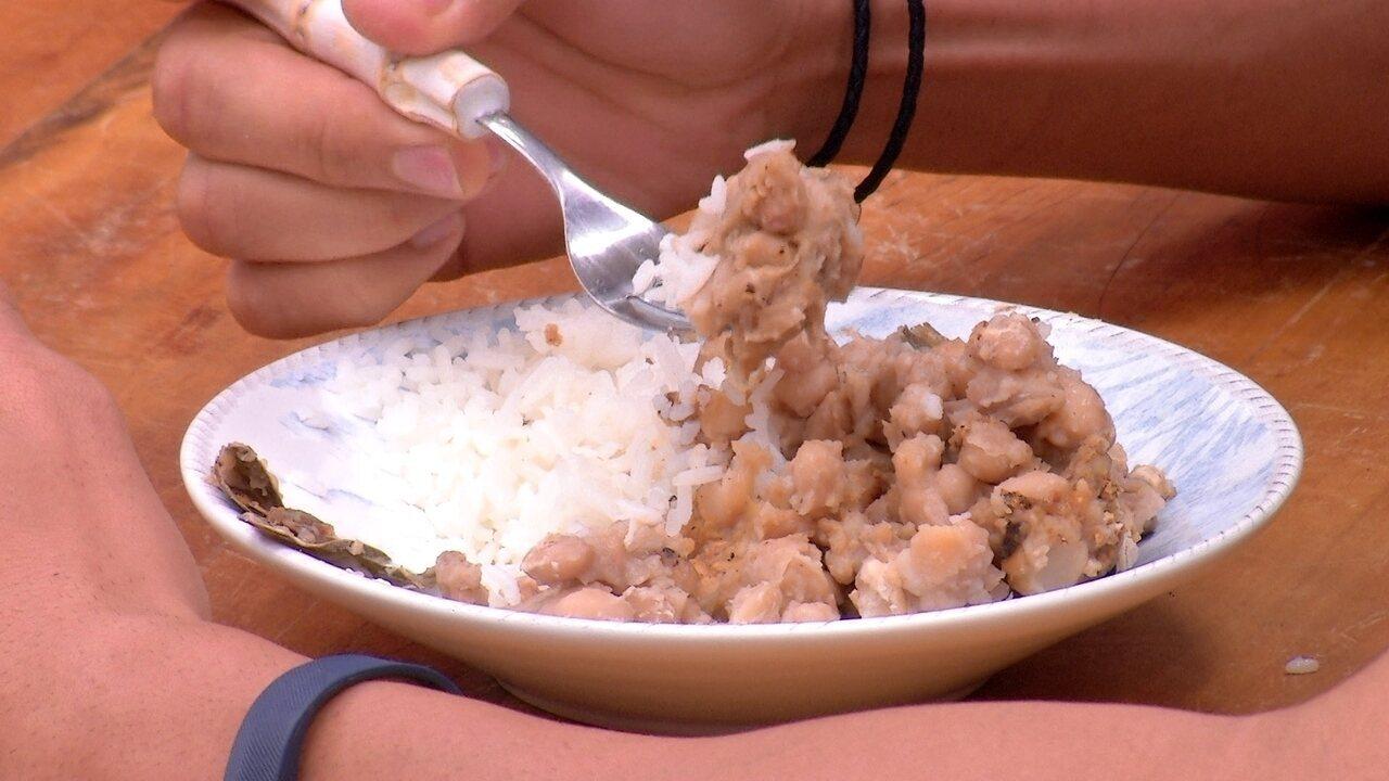 Lucas faz arroz e feijão no café da manhã