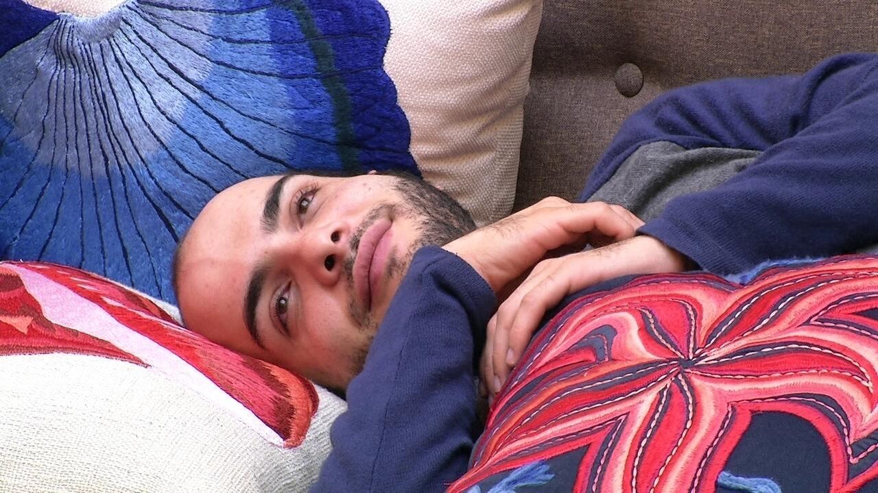 Mahmoud sorri com música de Ed Sheeran
