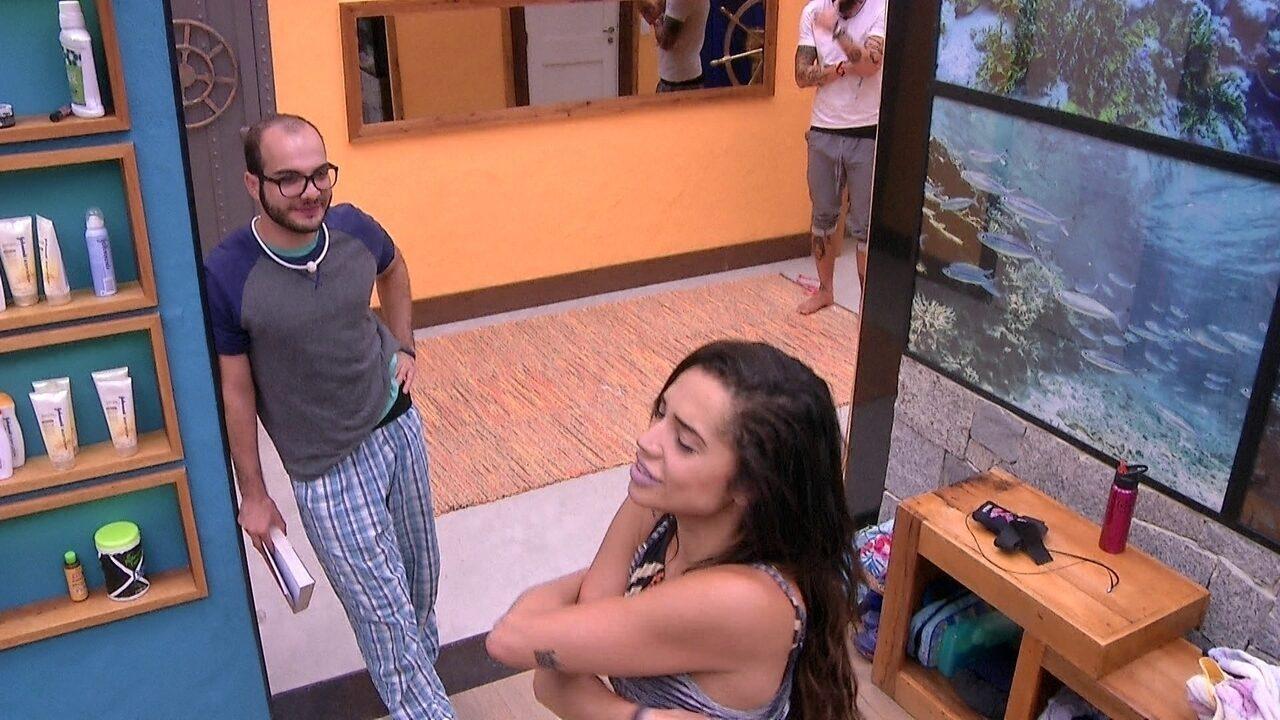 Paula troca de roupa enquanto dança e Mahmoud observa