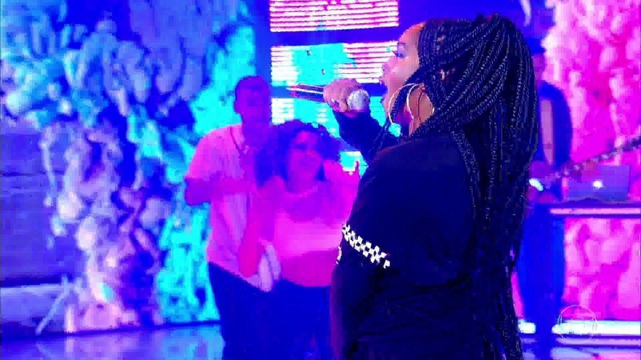 Iza canta 'Pesadão' no palco do Caldeirão