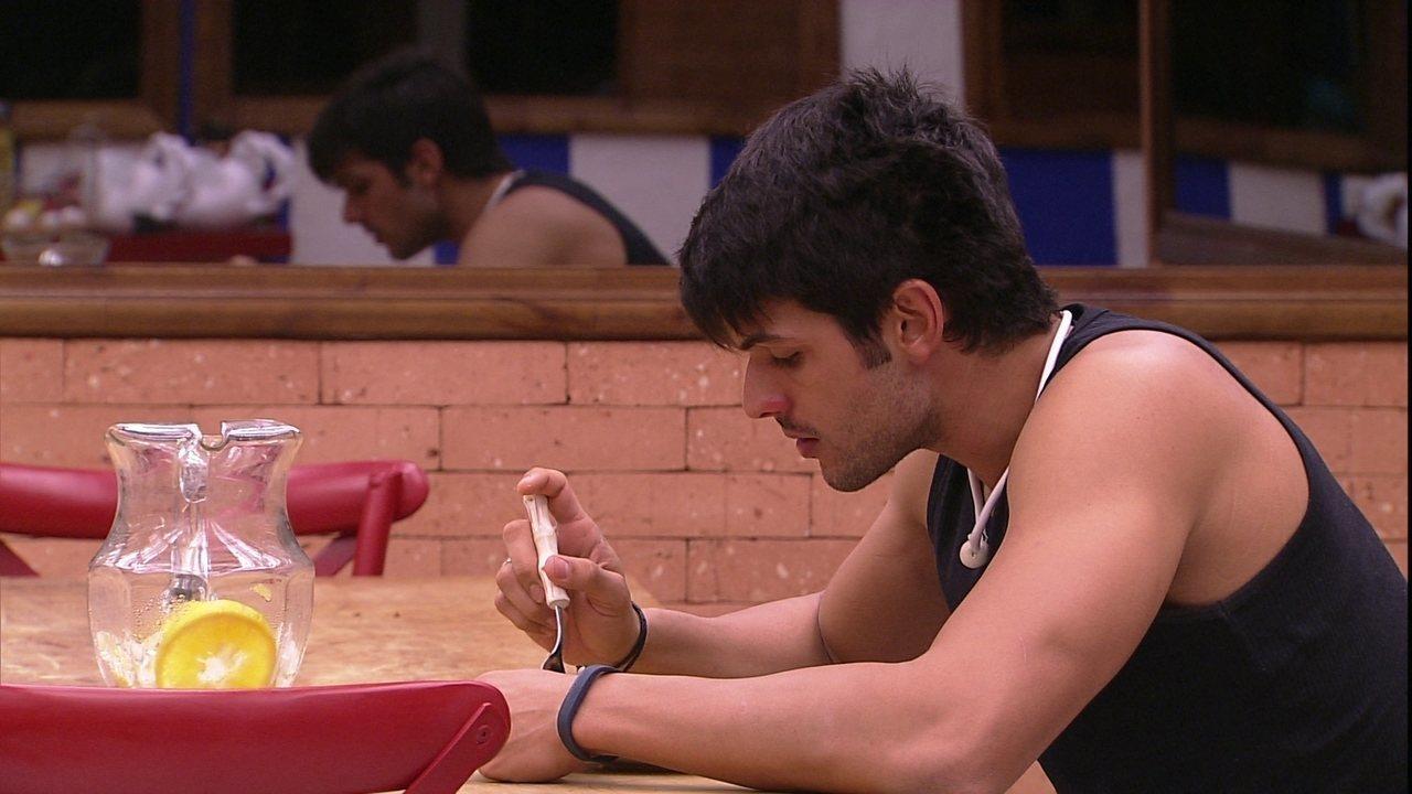 Lucas faz refeição sozinho na cozinha do BBB