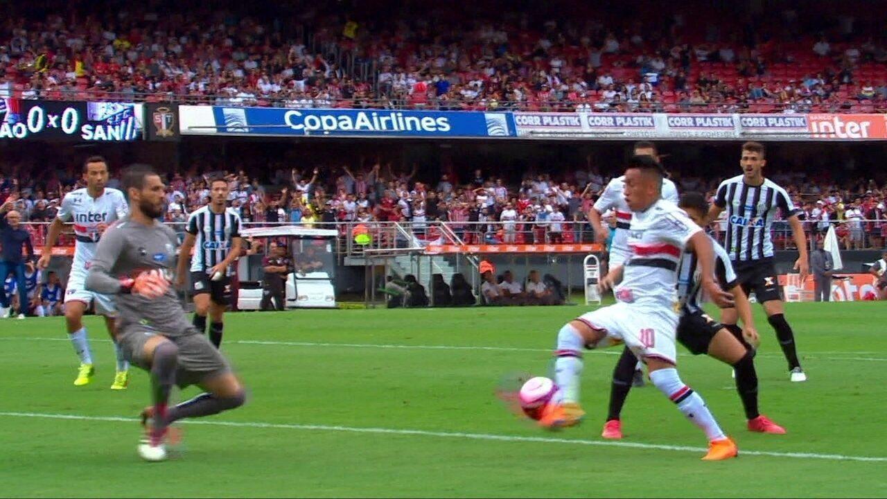 São Paulo quase abre o marcador com Cueva, mas Vanderlei salva o Santos aos 9 do 1º tempo