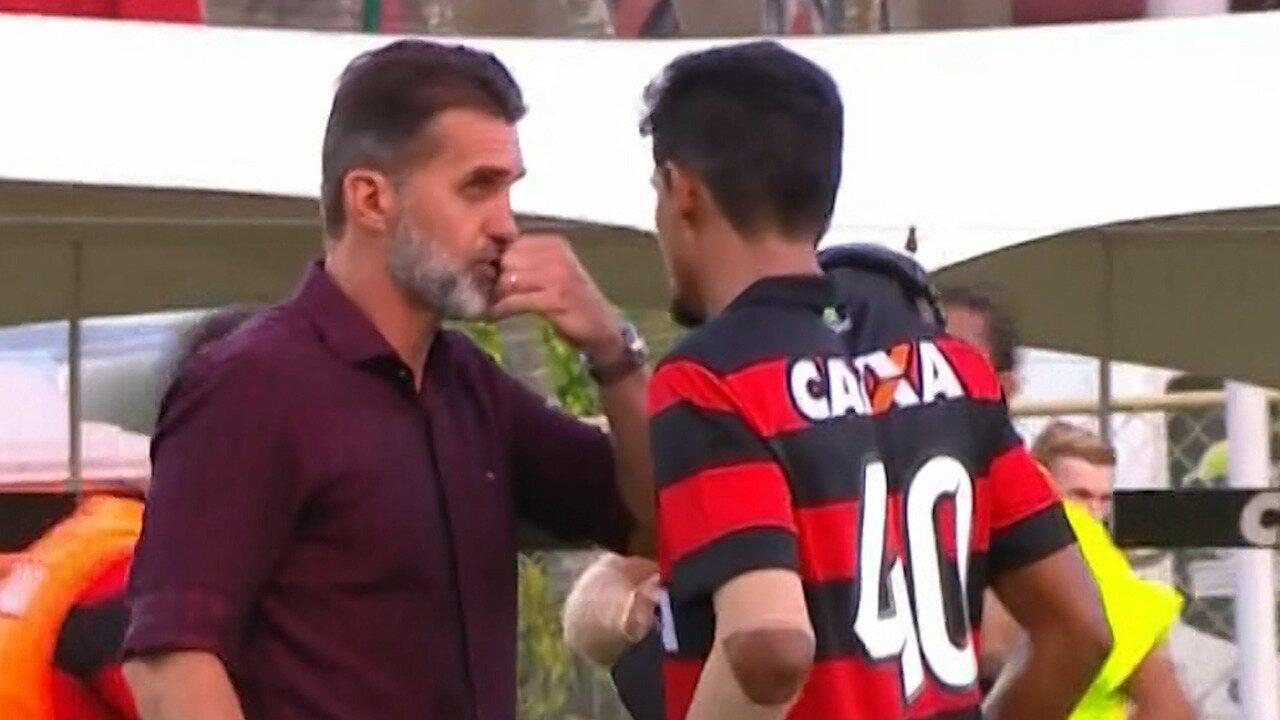 Vagner Mancini passa orientação a Ramon durante Ba-Vi
