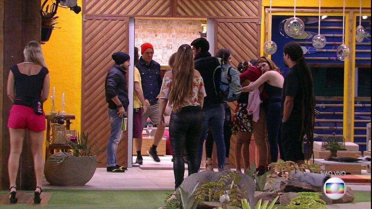 Gleici, Mahmoud e Ana Clara se abraçam, enquanto Nayara se despede da casa