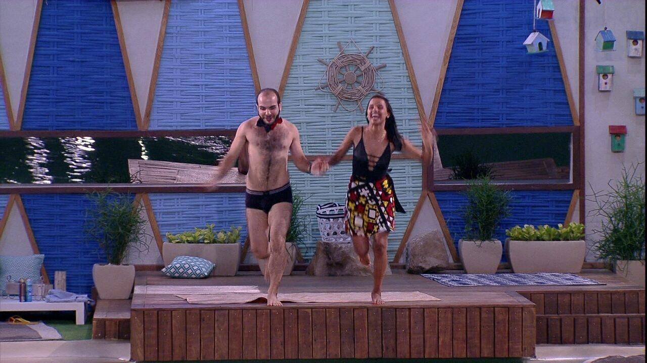 Mahmoud e Gleici pulam na piscina após eliminação de Nayara