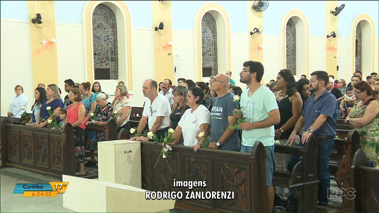 Familiares e amigos se reúnem em missa de 7º dia de youtuber no litoral