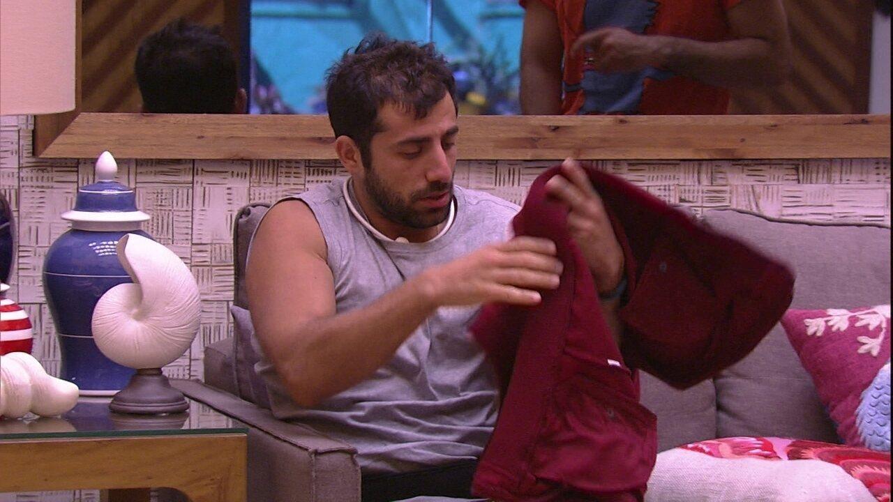 Mahmoud empresta casaco para Kaysar