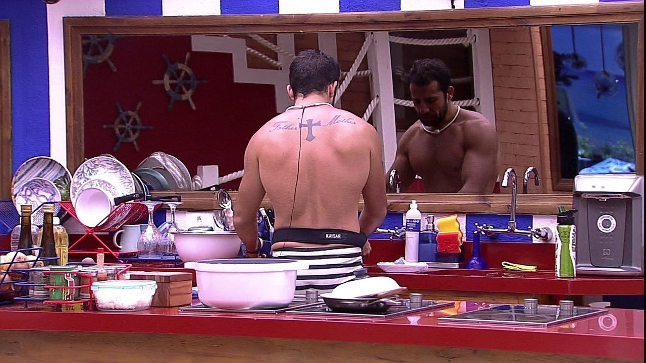 Kaysar começa a preparar almoço