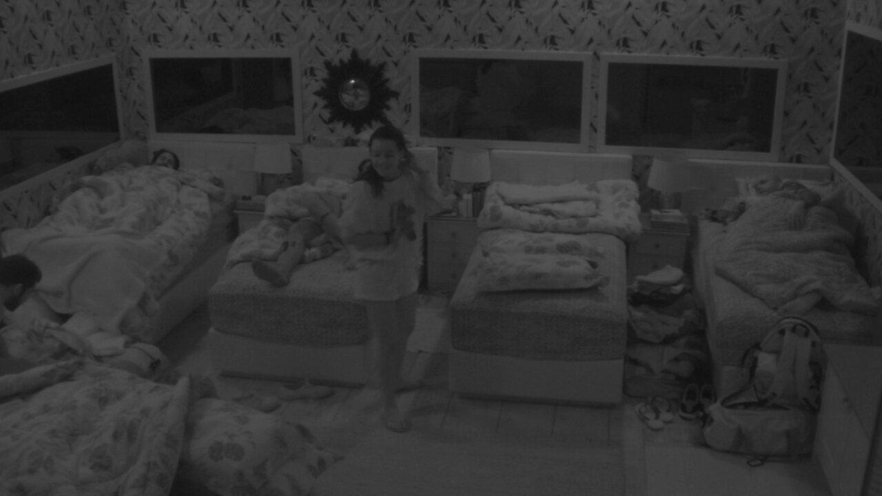 Caruso pede para Gleici deitar na cama do lado, e sister topa