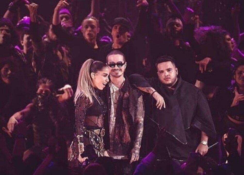 Anitta chora após se apresentar no Prêmio Lo Nuestro 2018, em Miami