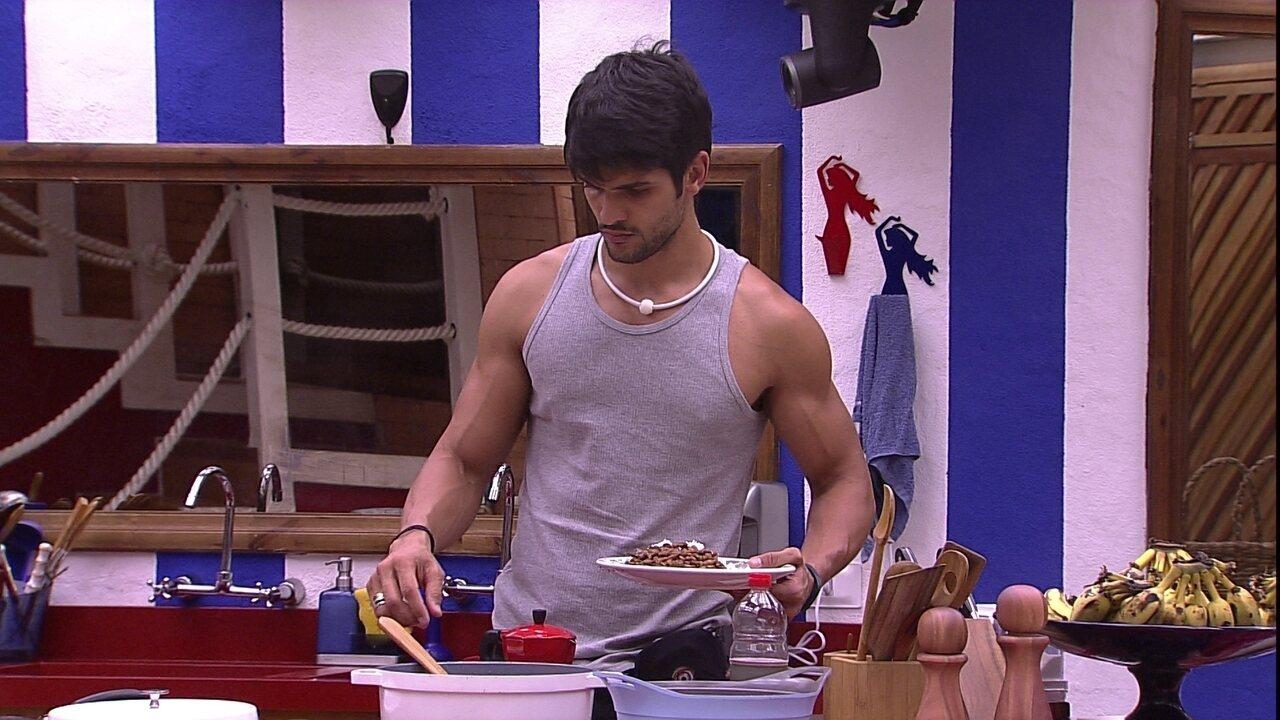 Lucas prepara prato com arroz, feijão e ovos de manhã