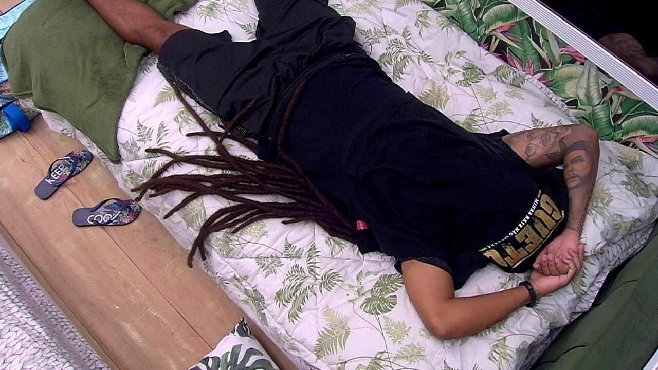 Após receber o Monstro de Diego, Viegas se deita com a camisa no rosto