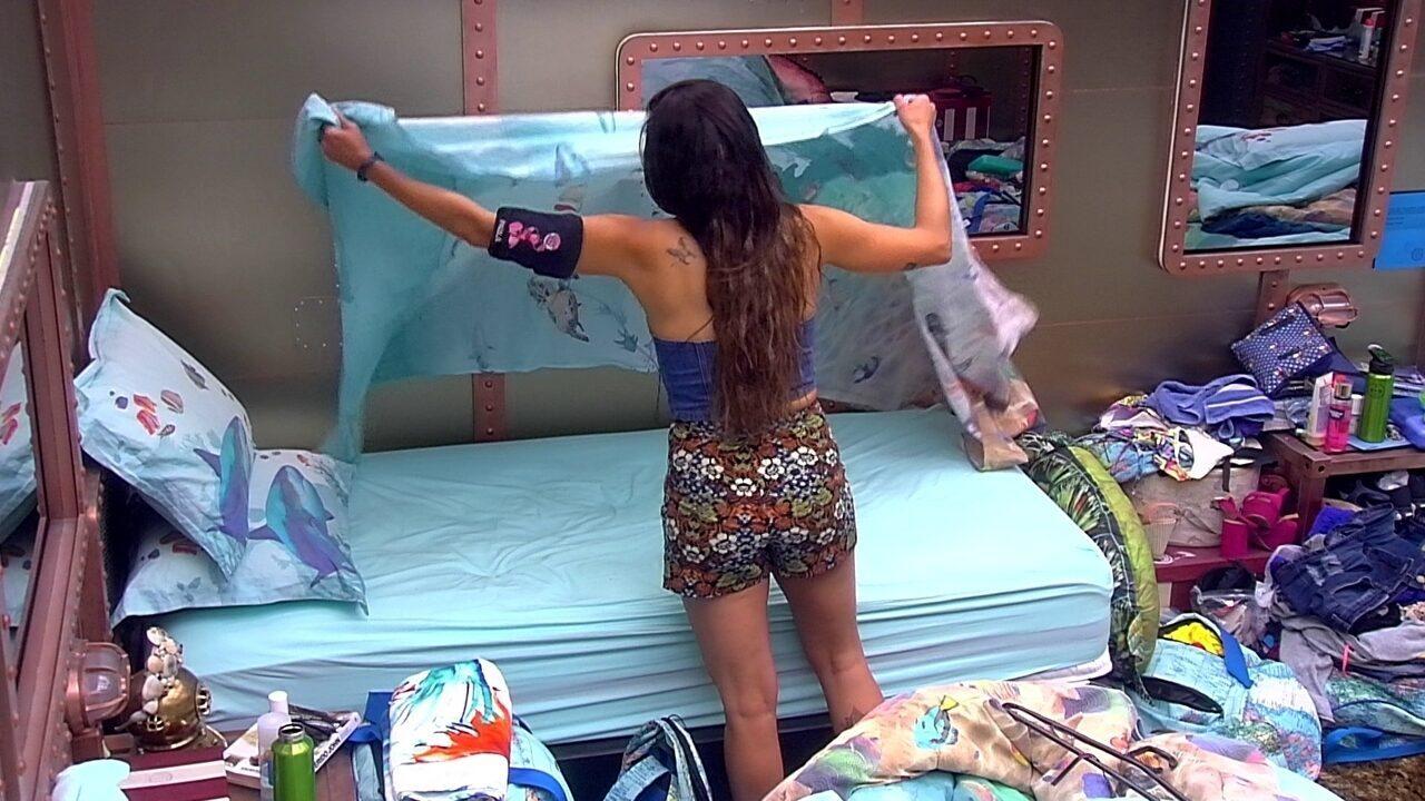 Paula arruma cama no Quarto Submarino