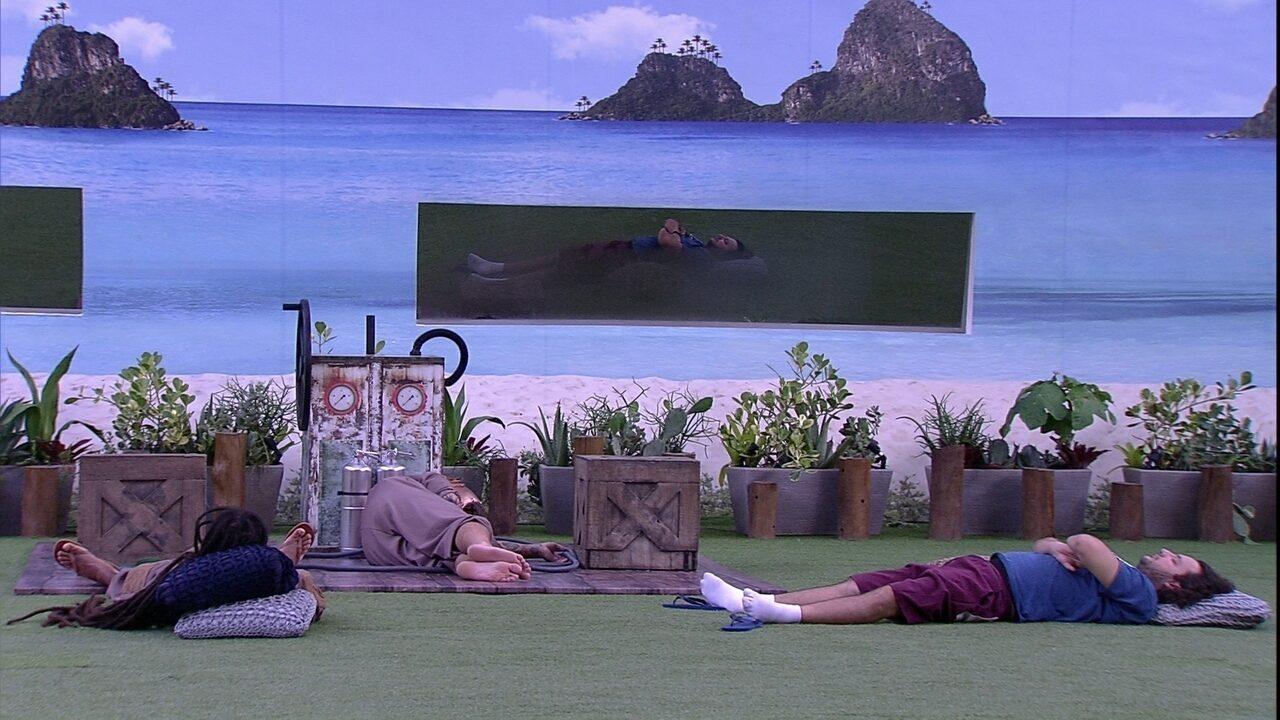 Diego e Viegas dormem no gramado e Caruso cumpre o Castigo do Monstro