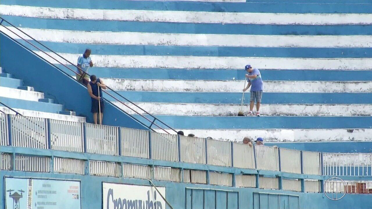 Torcedores do Goytacaz realizam mutirão no estádio Aryzão após interdição