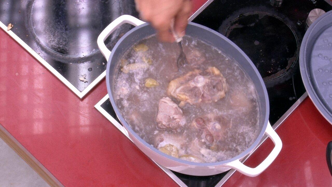 kaysar prepara rabada na cozinha