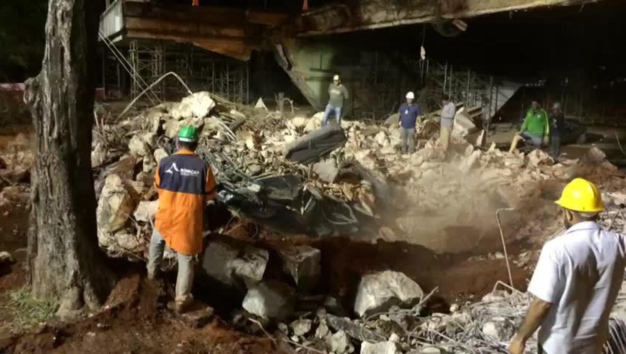 Caminhonete esmagada por bloco que desabou no Eixão Sul, no DF, é retirada de destroços