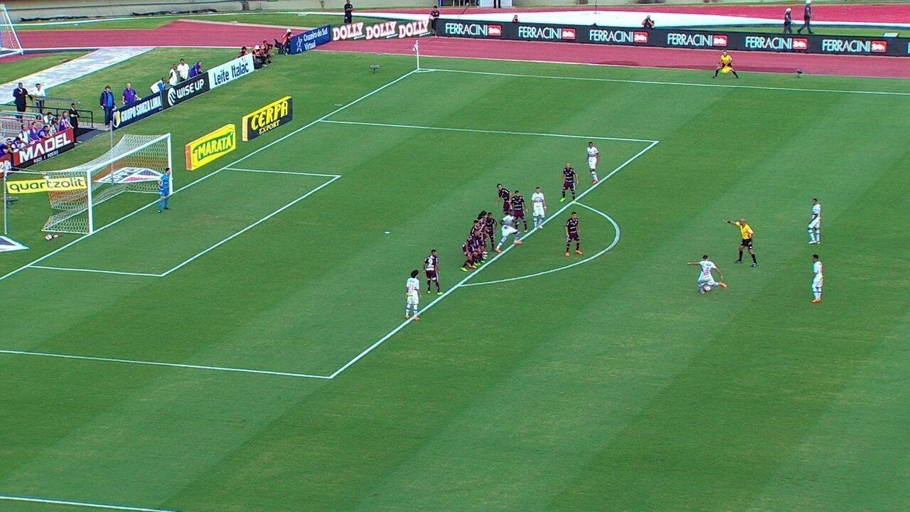 Diego Souza cobra falta e Tadeu defende, aos 24' do 1º tempo