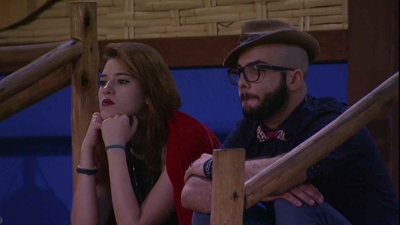 Ana Clara e Mahmoud sentam na escada em silêncio