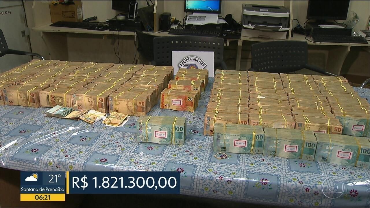 Dois jovens foram presos com quase R$ 2 milhões em um carro