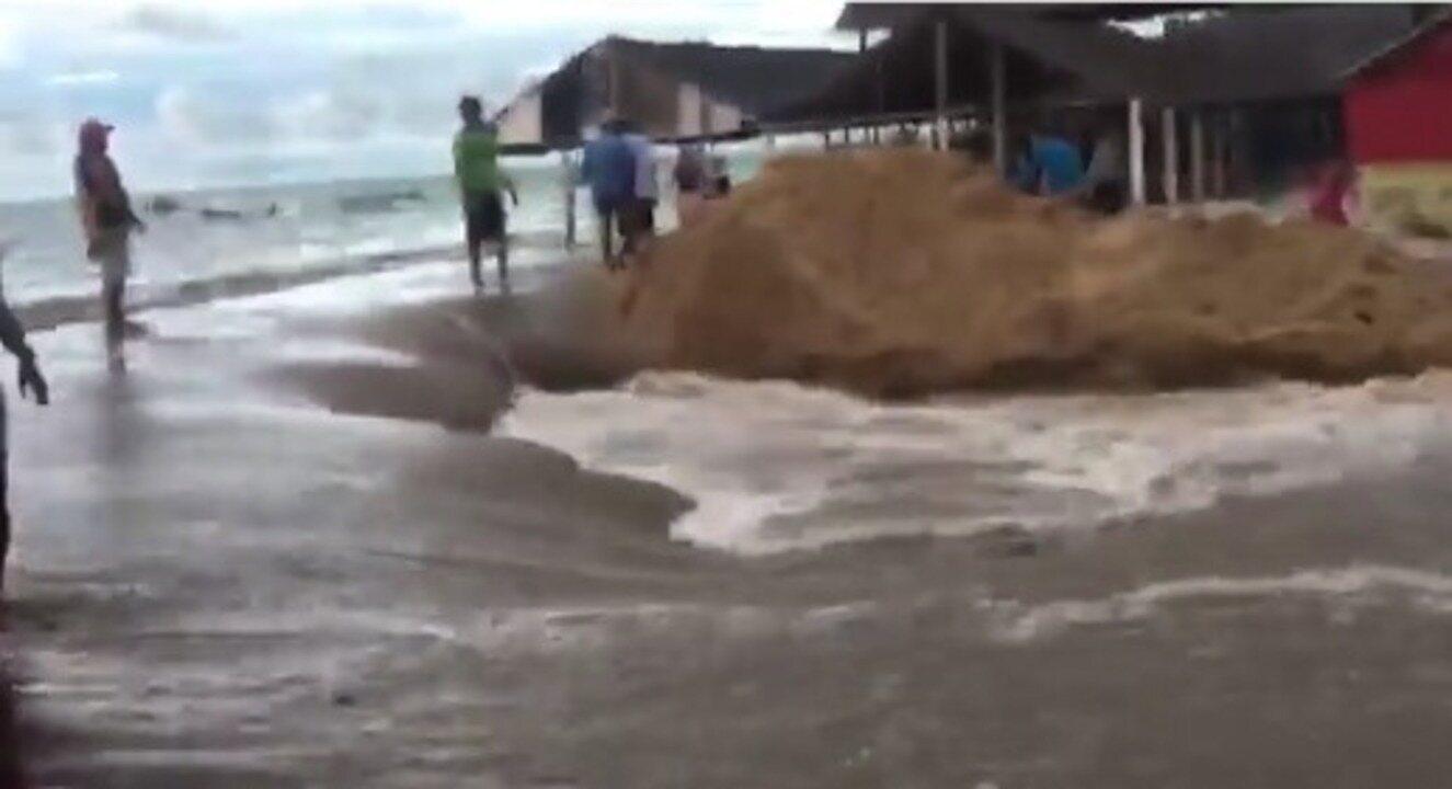Ressaca deixa mar agitado e ondas invadem barracas em Barra Grande