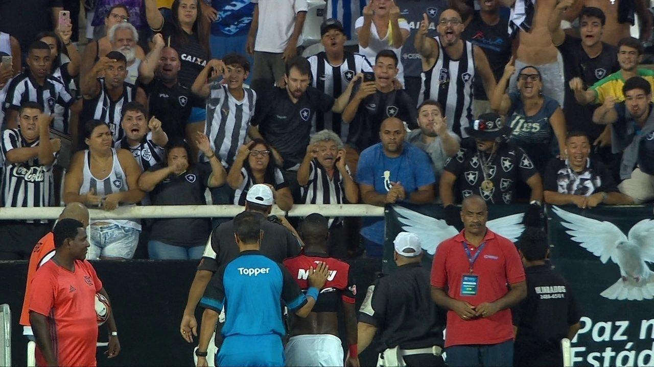Torcedora do Botafogo hostiliza Vinicius Junior durante saída de campo aos 38' do 2º Tempo