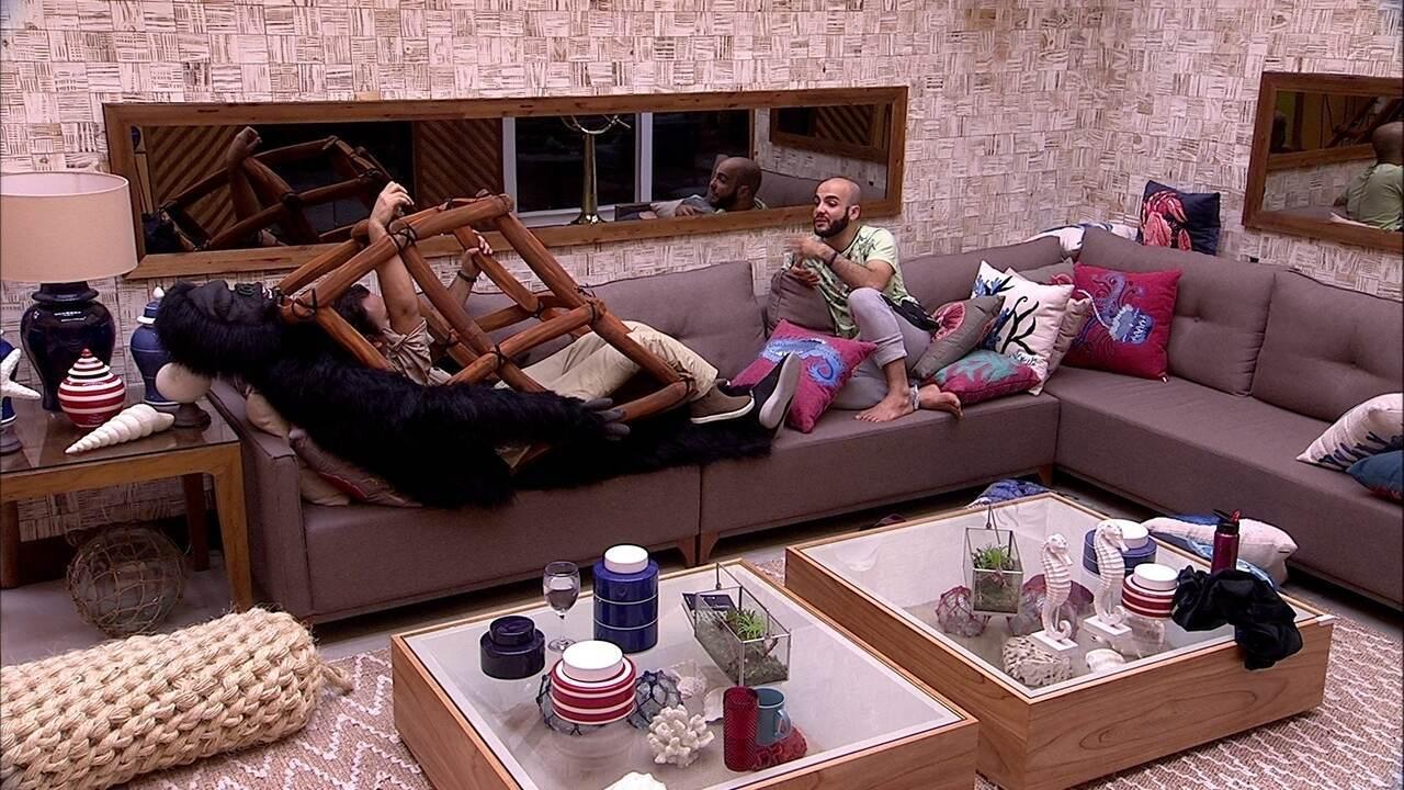 Diego e Mahmoud batem um papo sobre o jogo no sofá da sala