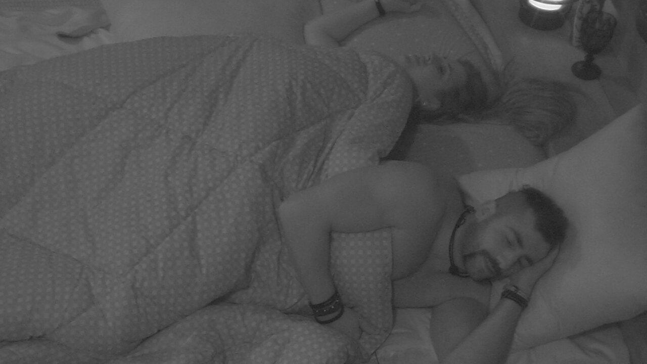 Patrícia pede para dormir de conchinha e Kaysar avisa: 'Não aguento'