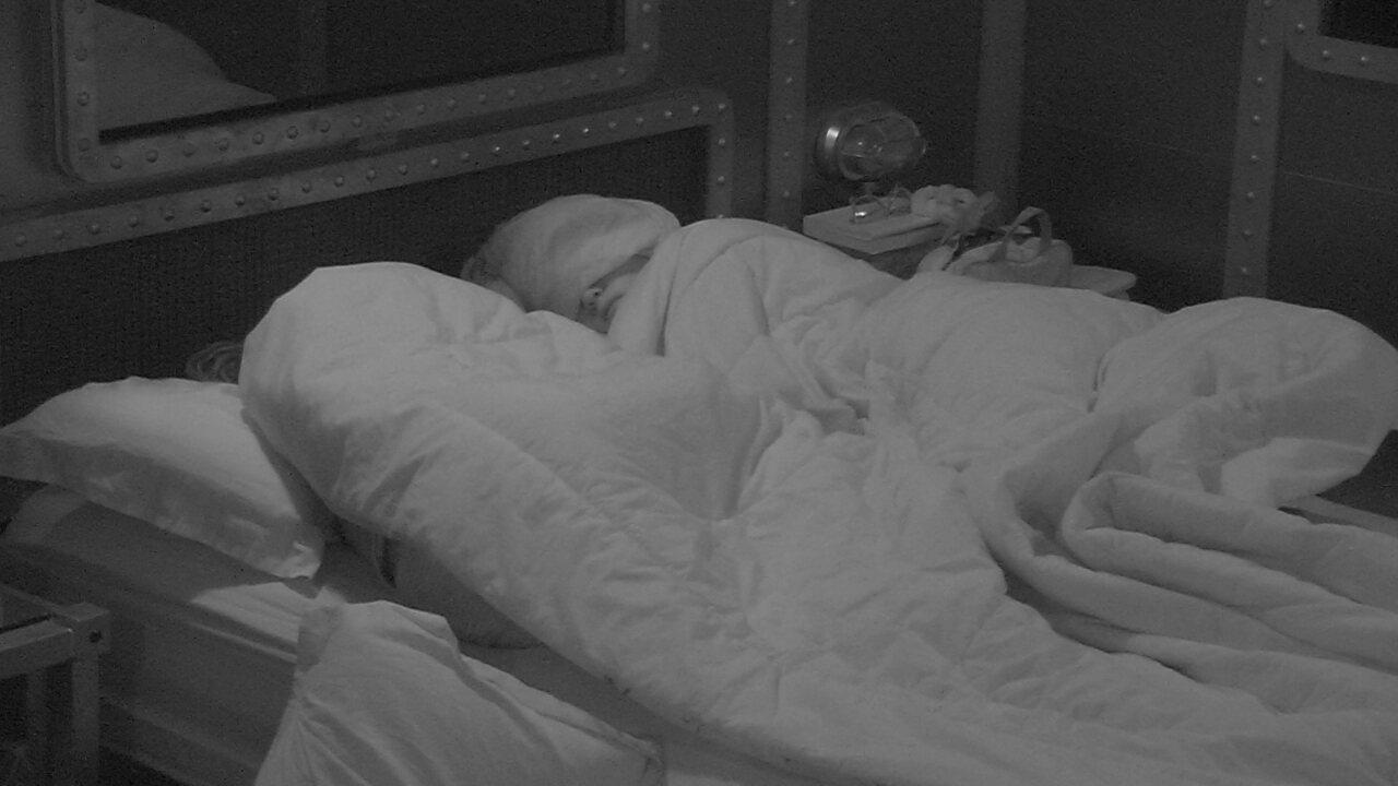 Ana Clara dorme com pano sobre os olhos