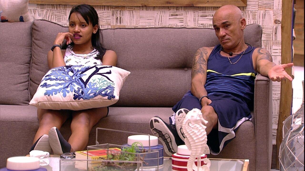 Ayrton fala que não repete comida e Jéssica diz: 'Você está no BBB e vai ter que aprender'