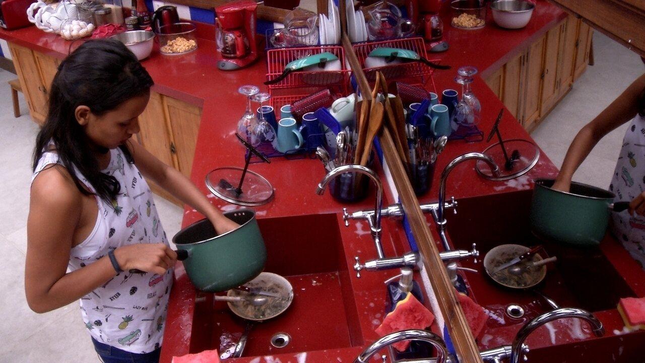 Gleici canta enquanto lava louça